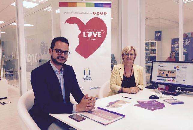 Imagen Jordi Pérez Camacho junto a Tina Sonck, miembro de la dirección de CanariasViaja.com.a la