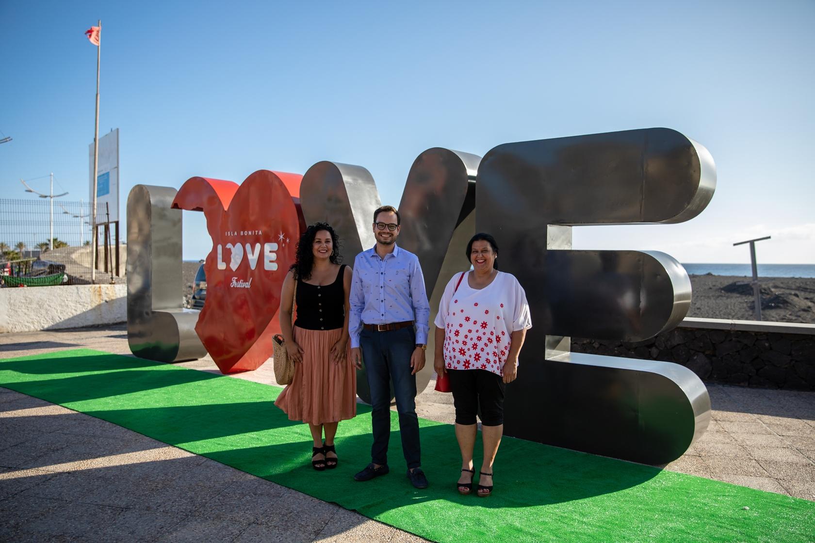 Escultura Love puerto bagañete (Jordi Pérez Camacho junto a Tatiana Rodríguez y María del Mar Pérez, concejales Ayuntamiento de Tazacorte)