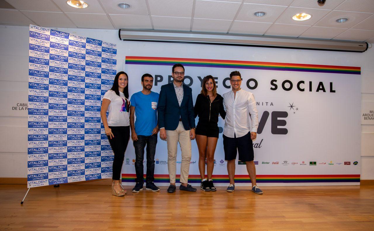 Ganadores Concurso Talentos de la Música Love Festival con consejero y representantes de Vitaldent La Palma en ambos extremos
